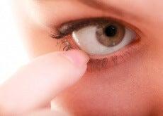 10-remèdes-contre-les-yeux-qui-demangent-500x334