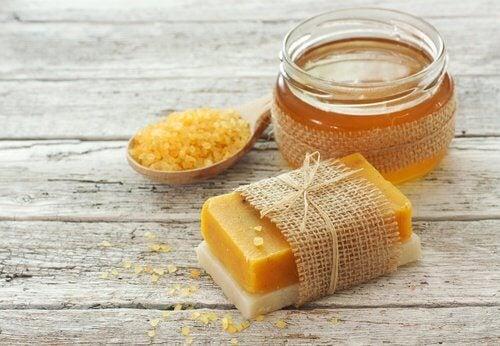 Comment faire du savon maison la carotte pour prendre - Comment fabriquer une caisse a savon facilement ...
