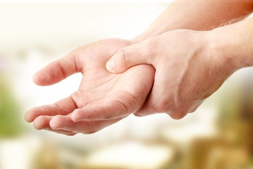 7 exercices pour soulager les douleurs d'arthrite des mains : bouger le poignet