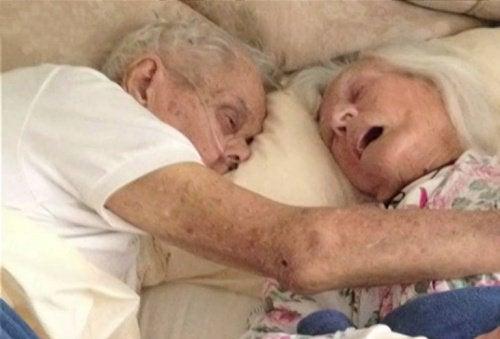 Un couple marié pendant 75 ans meurt dans le même lit, à quelques heures d'intervalle