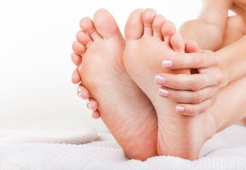 6 exercices pour soulager les douloureux et embêtants symptômes de la fasciite plantaire