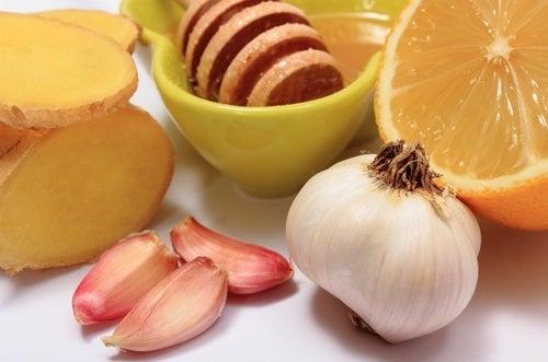Ail, gingembre et miel pour soulager 8 douleurs communes