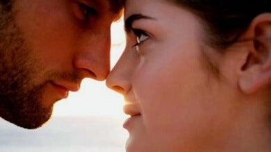 amour au premier regard se voit dans les pupilles