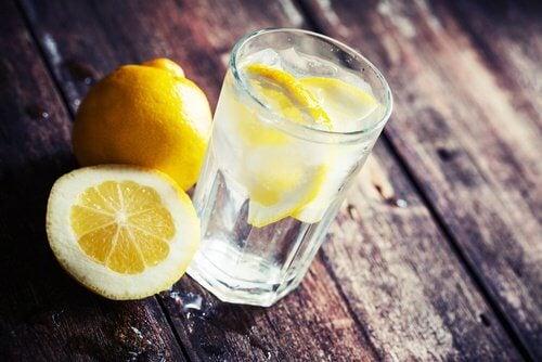eaux aux agrumes avec du citron