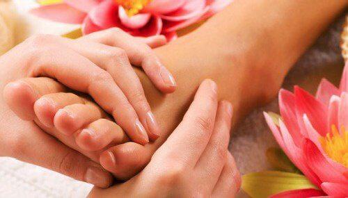 Découvrez les vertus d'un massage des pieds avant d'aller dormir