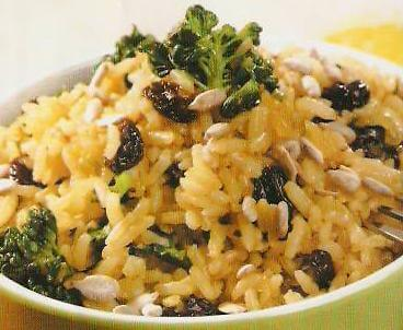 bienfaits au curcuma : riz au curcuma, aux pignons de pain et aux raisins secs