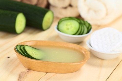Combattre la flaccidité de la peau et les rides grâce au gel de concombre et d'aloe vera