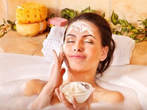 peeling facial dans un bain