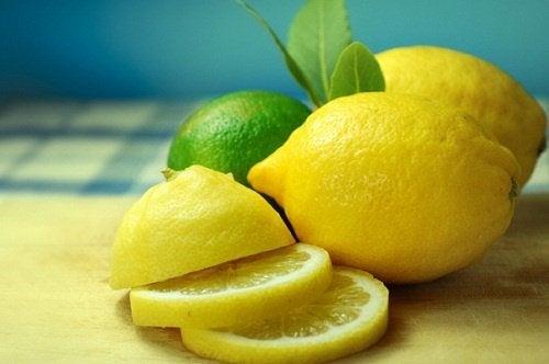 Rondelles de citrons sur une table