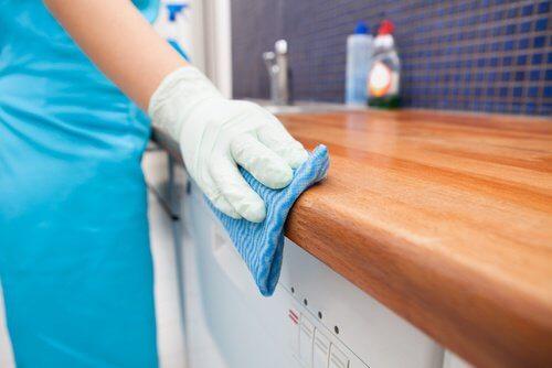 Desinfecter-le-plan-de-travail-de-la-cuisine-500x334