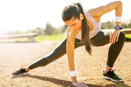 Faire de l'exercice est conseillé pour lutter contre les crampes musculaires.
