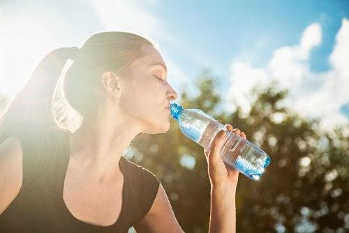 Une bonne hydratation est fondamentale contre les crampes musculaires.