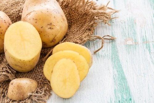 Pommes de terre pour les verrues de la peau