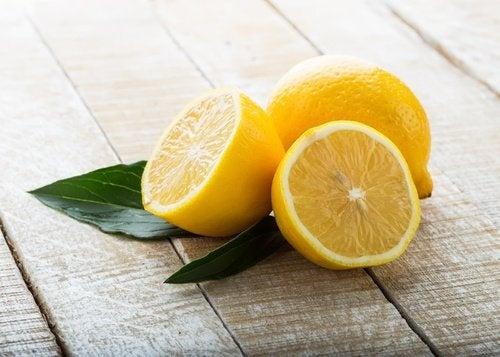 Citrons posés sur une table