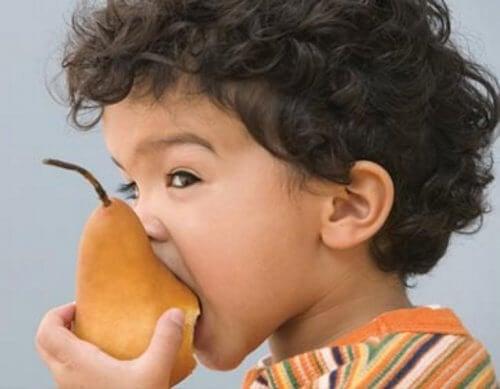 enfant qui mange une poire
