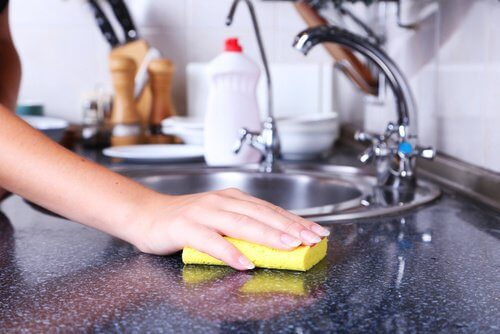 Découvrez comment nettoyer et désinfecter les éponges vaisselle
