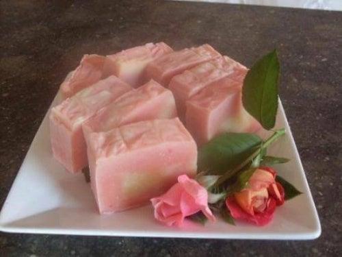 Le savon à la rose musquée