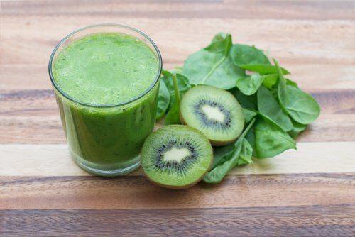 Smoothie au kiwi, épinards et salade pour réduire l'hypertension.