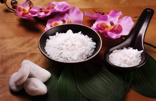 réaliser des bains relaxants parmi les usages méconnus du sel
