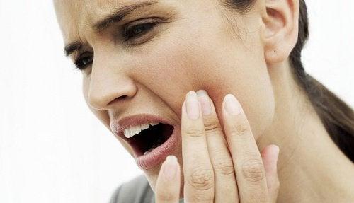 10 remèdes naturels pour soulager un mal de dents