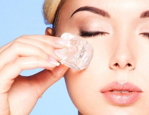 Traitement aux glaçons pour une peau plus fraîche et sans imperfections