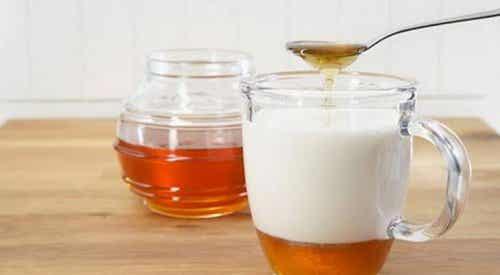 Les bienfaits du lait d'amande et du miel