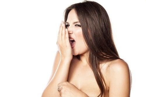 6 symptômes dans la bouche qui peuvent révéler un problème: mauvaise haleine