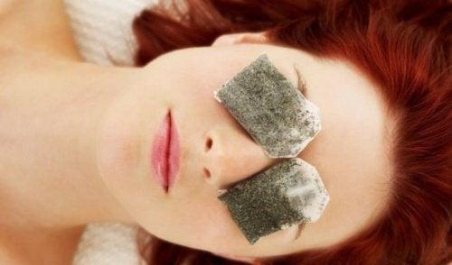 Le maquillage aux jeunes filles avec les taches de rousseur et les yeux noisette
