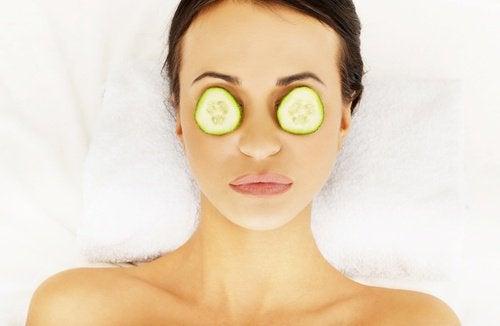 rondelles de concombre sur les yeux