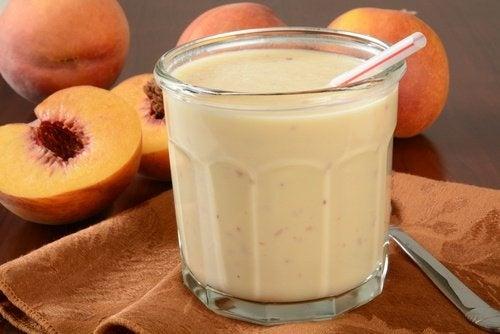 smoothies et jus rajeunissants : yaourt et pêche
