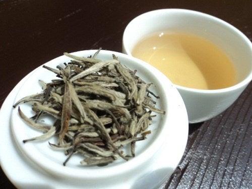 Le thé blanc aide à lutter contre la rétention d'eau.