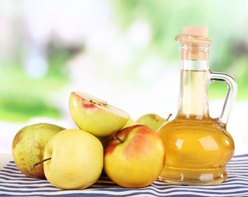 Le vinaigre de pommes est un bon remède contre les mycoses des ongles.
