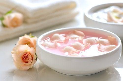 L'eau de rose pour laver le visage.