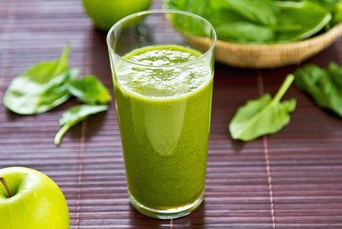 Le jus vert contre les taches sur le visage.