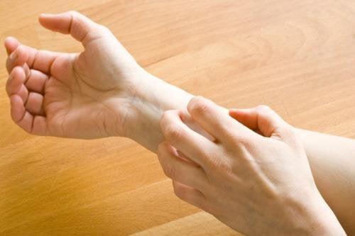 signes sur les mains en rapport avec la santé : éruptions cutanées et démangeaisons