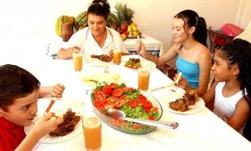 famille qui mange autour d'une table