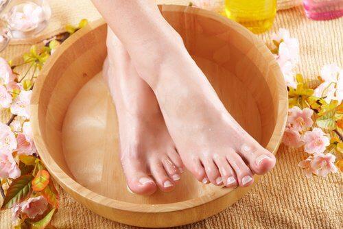Le remède au lait et au sel pour obtenir des pieds doux et sans cors