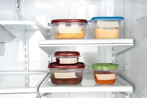 Utiliser des tupperwares pour dégager de l'espace dans son réfrigérateur.