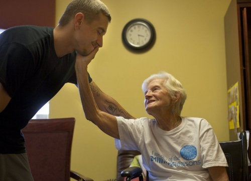 un malade d'Alzheimer avec son fils