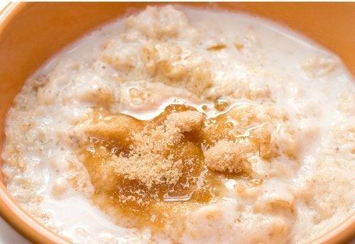 L'exfoliation au sucre et à l'avoine diminue l'acné sur le corps