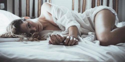 Femme couchée sur un lit
