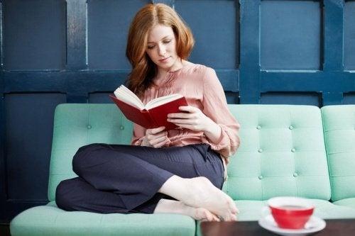 femme qui lit sur un canapé