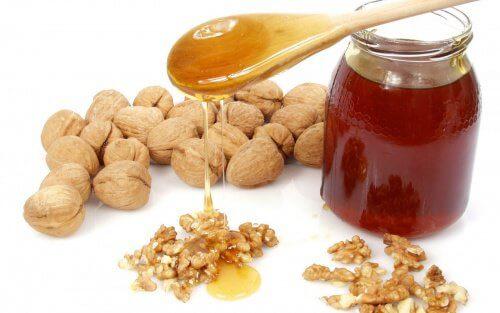 Le traitement miraculeux au miel, aux amandes et aux noix