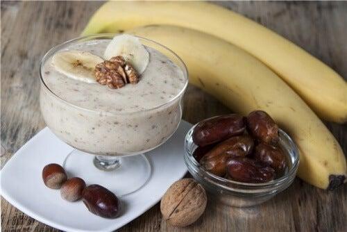 3 smoothies riches en fibres : banane, cannelle, noix de coco et dattes