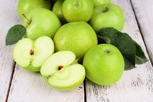 Bienfaits de l'eau détox à la pomme.