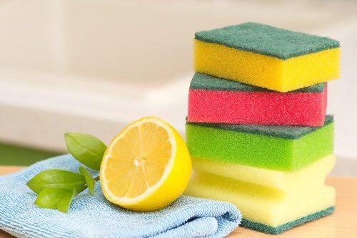 Éliminez la graisse dans la cuisine avec du citron