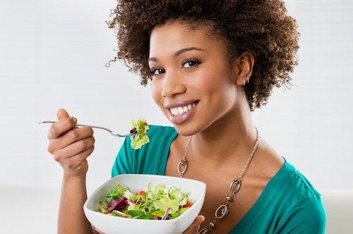 Manger lentement pour réduire son appétit.