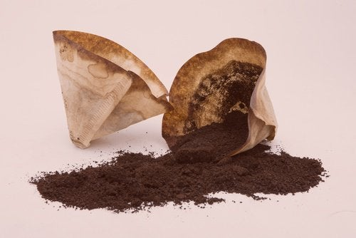 Éliminez la graisse dans la cuisine avec du marc de café