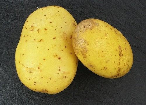 La peau de pomme de terre pour les mèches.