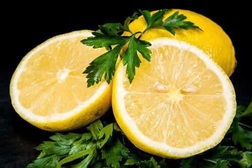 Le citron pour des taches.